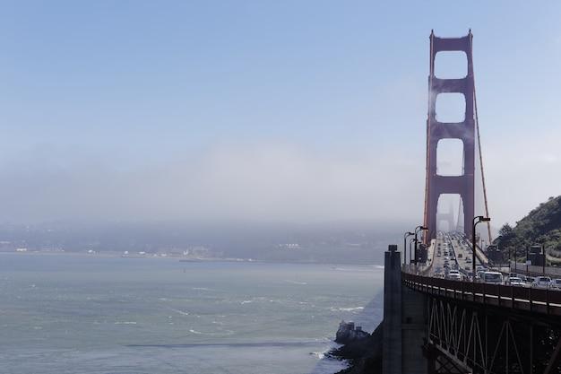 Most golden gate pokryty mgłą w ciągu dnia w san francisco w kalifornii
