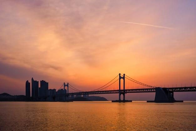 Most gwangan na wschód słońca. pusan, korea południowa