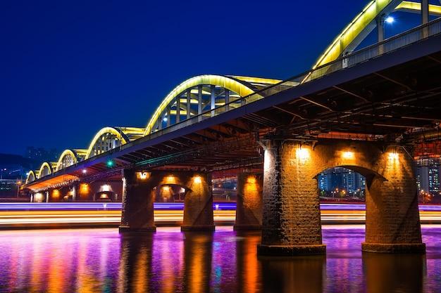 Most hangang nocą w seulu w korei południowej