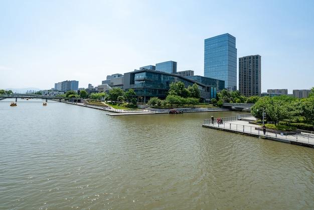 Most i budynek biurowy centrum finansowego w ningbo east new town, chiny