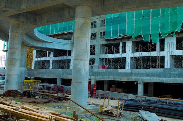 Most i budynek w trakcie budowy