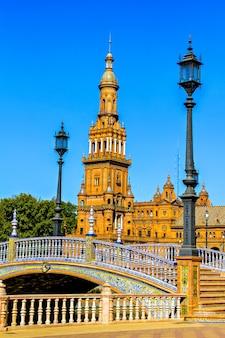 Most i wieża na plaza de espana w hiszpanii