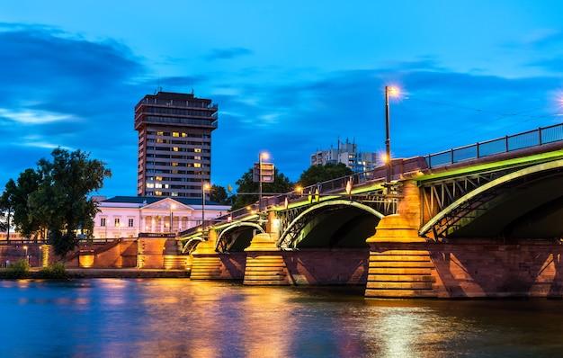 Most ignatz-bubis przez rzekę men we frankfurcie - hesja, niemcy