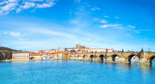 Most karola i historyczne budynki w pradze z drugiej strony rzeki