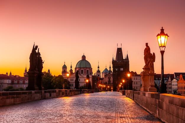Most karola i stare miasto o wschodzie słońca w pradze, czechy. znany cel podróży