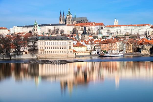 Most karola, katedra św. wita i inne historyczne budynki w pradze odzwierciedlone w rzece