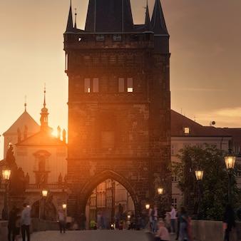 Most karola o świcie: sylwetki wieży old bridge tower, kościoły i wieże starej pragi