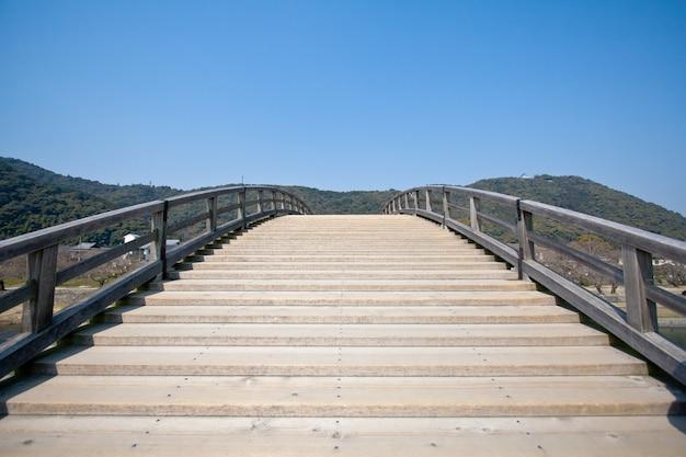 Most kintai rozciągający się nad rzeką nishiki w iwakuni