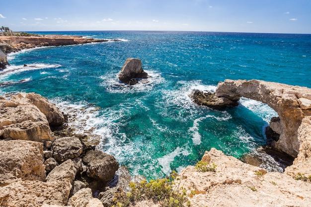 Most kochanków lub mnich pieczęć łuk, kamienne klify na morzu śródziemnym w ayia napa, cypr.