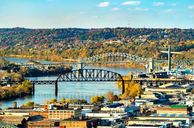 Most kolejowy łączący ohio i most mckees rocks przez rzekę ohio w pittsburghu w stanach zjednoczonych