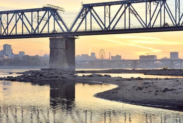 Most kolejowy na rzece ob. nabrzeże stolicy syberii o świcie