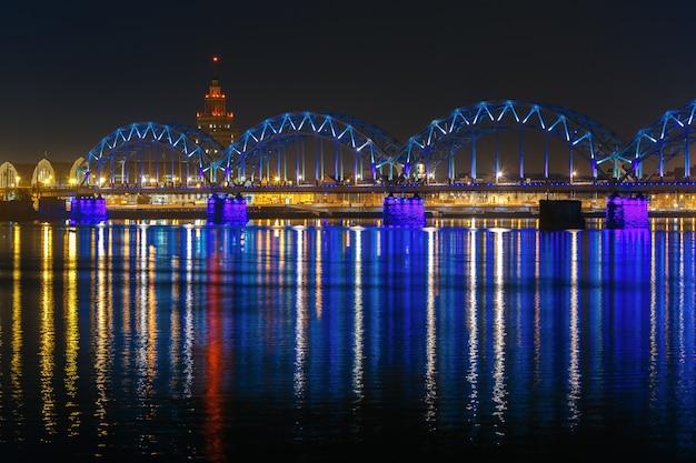 Most kolejowy w nocy, ryga, łotwa