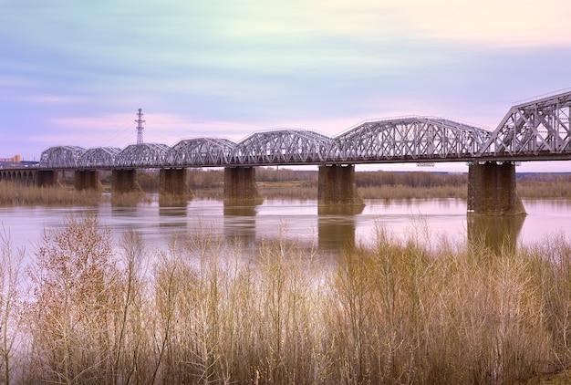 Most kolejowy w nowosybirsku poranek przy moście komsomolskim nad ob