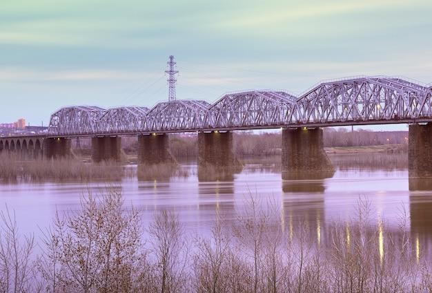 Most kolejowy w nowosybirsku poranek przy moście komsomolskim nad rzeką ob