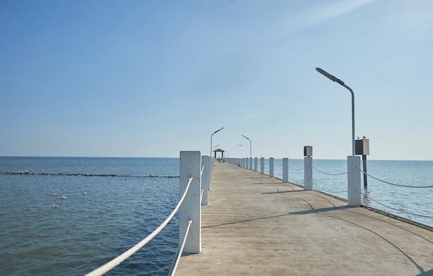 Most, który wystaje do morza