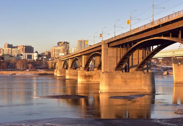 Most łukowy nad rzeką ob w nowosybirsku samochodowy most łukowy na potężnych podporach