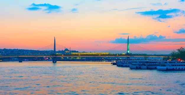 Most metra golden horn w stambule o zachodzie słońca, turcja