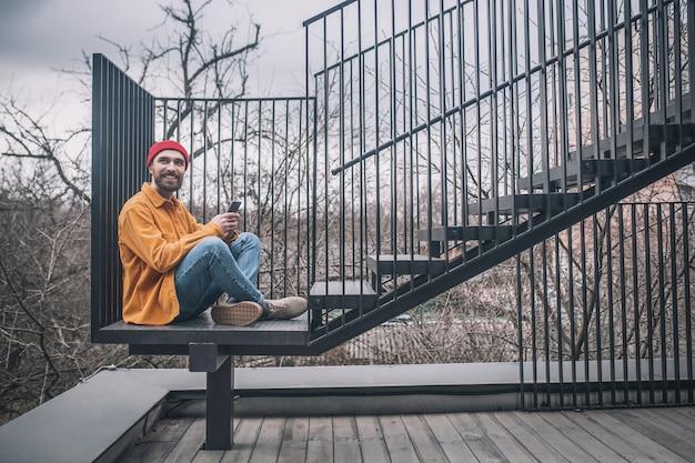 Most miejski. mężczyzna siedzący na schodach mostu miasta
