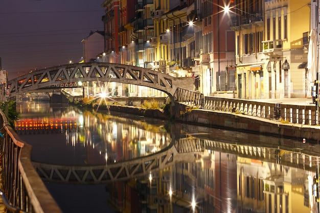 Most na kanale naviglio grande w mediolanie we włoszech