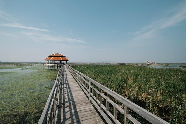 Most nad jeziorem błękitne niebo