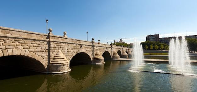 Most nad manzanares w słoneczny dzień. madryt