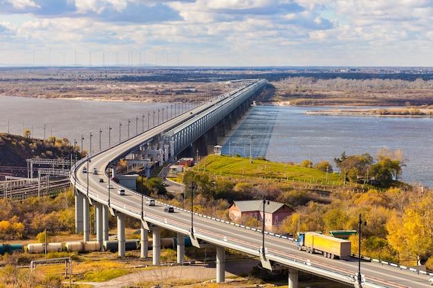 Most nad rzeką amur w chabarowsku, rosja jesienią