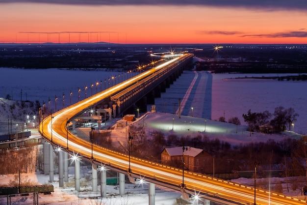 Most nad rzeką amur w chabarowsku, rosja wieczorem