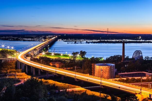 Most nad rzeką amur w chabarowsku, rosja