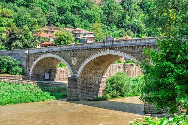 Most nad rzeką yantra w pobliżu twierdzy veliko tarnovo, bułgaria