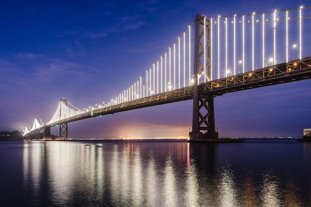 Most nad wodą pod błękitnym niebem w ciągu dnia