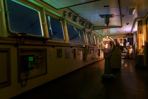 Most nawigacyjny na dużym statku towarowym. sterówka na statku.