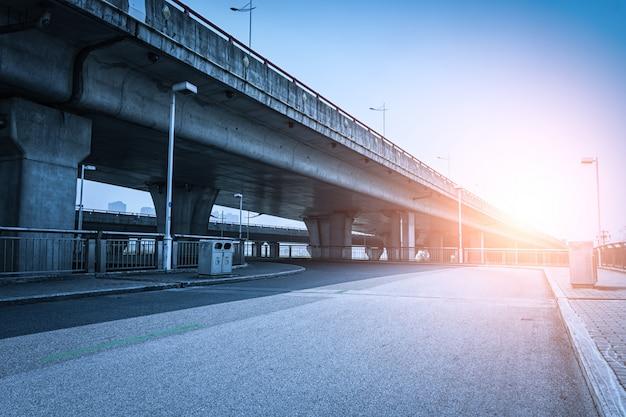 Most o zachodzie słońca