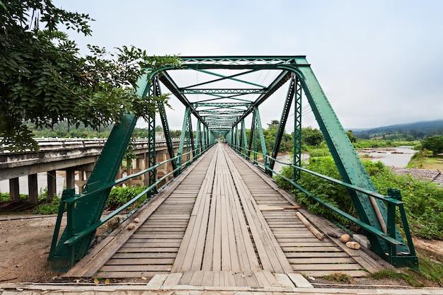 Most pamięci ii wojny światowej w pai, prowincja mae hong son, północna tajlandia