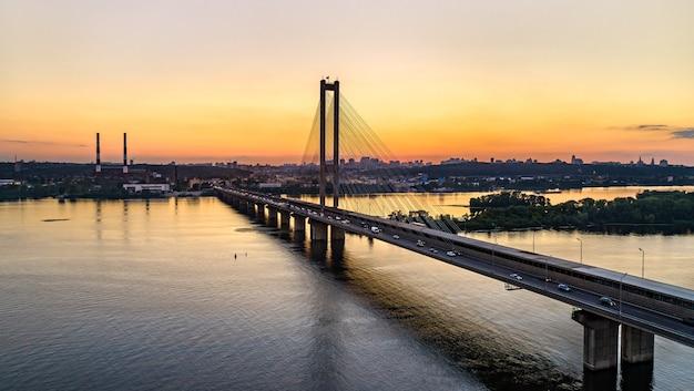 Most południowy przez dniepr w kijowie, stolicy ukrainy