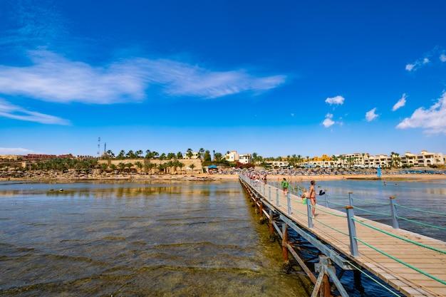 Most prowadzi do drewnianego portu na morzu