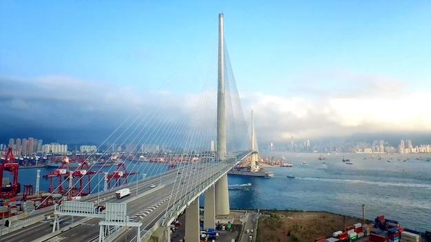 Most przez rzekę w porcie portowym