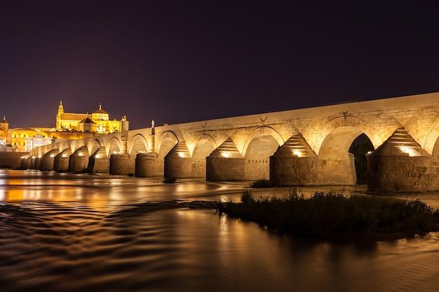 Most rzymski w kordobie, główny punkt orientacyjny tego miasta w regionie andaluzji - hiszpania