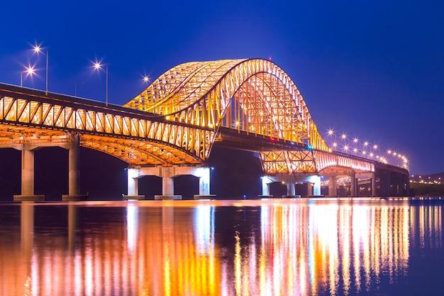 Most seul banghwa mosta piękna han rzeka przy nocą, seul, południowy korea.