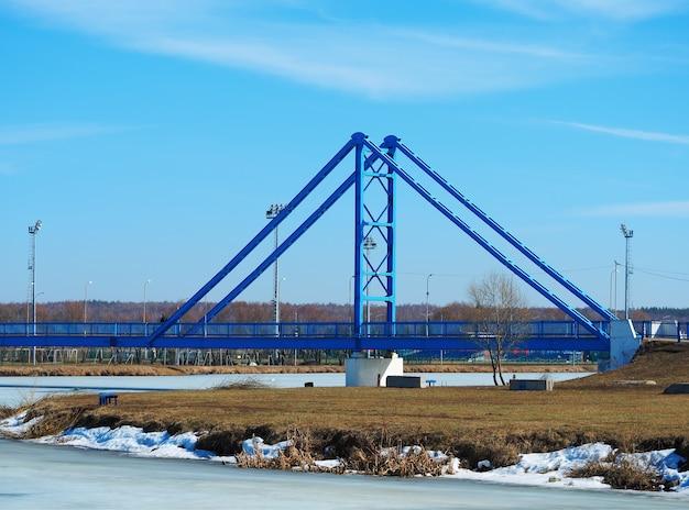 Most transportowy przez zamarznięte tło miasta rzeki