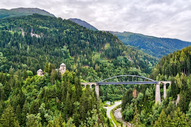 Most trisanna i zamek wiesberg w tyrolu w austriackich alpach