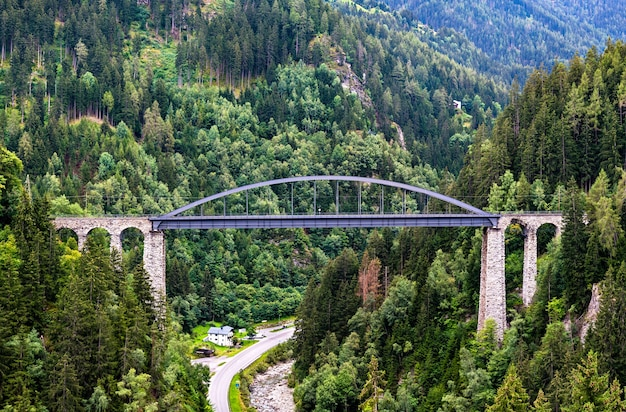 Most trisanna w tyrolu, w austriackich alpach