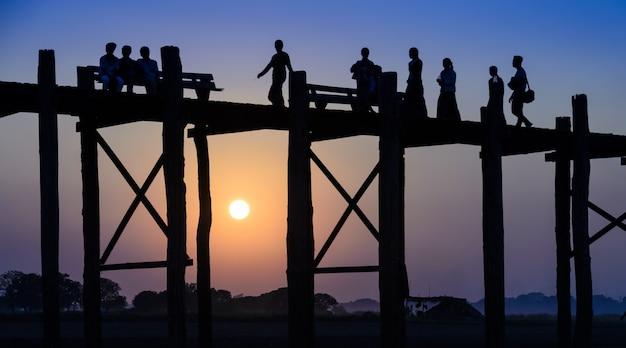 Most u bein o zachodzie słońca w amarapurze w pobliżu mandalay, myanmar (birma)