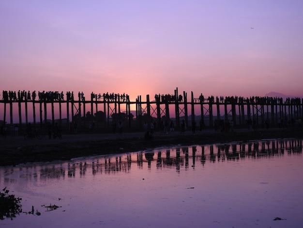Most u-bein w birmie o zachodzie słońca