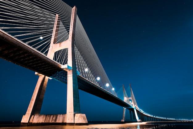 Most vasco da gama w lizbonie nocą, portugalia