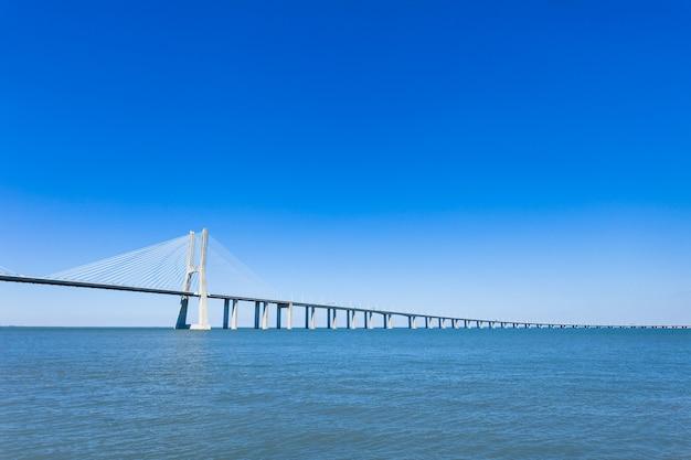 Most vasco da gama w lizbonie, portugalia. to najdłuższy most w europie