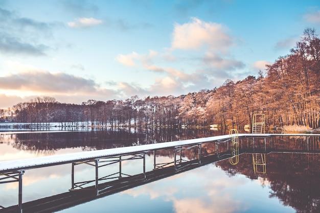 Most w jeziorze