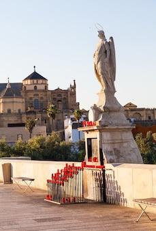 Most w kordobie w hiszpanii - fragment katolickiego posągu