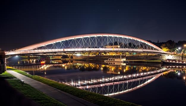 Most w krakowie oświetlony nocą