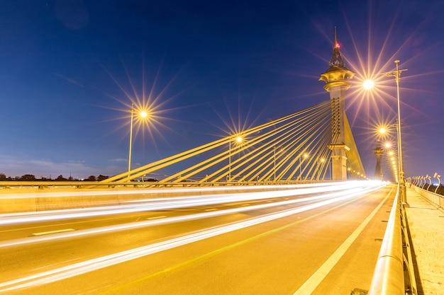 Most w nonthaburi tajlandia zmierzch
