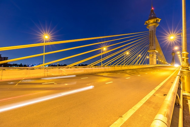 Most w nonthaburi tajlandia zmierzchu